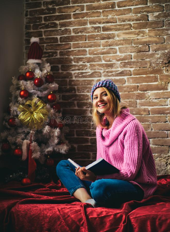 fille sensuelle de Noël Femme heureuse à la maison Portrait d'un jeune beau sourire, femme d'hiver Vacances d'hiver et images stock