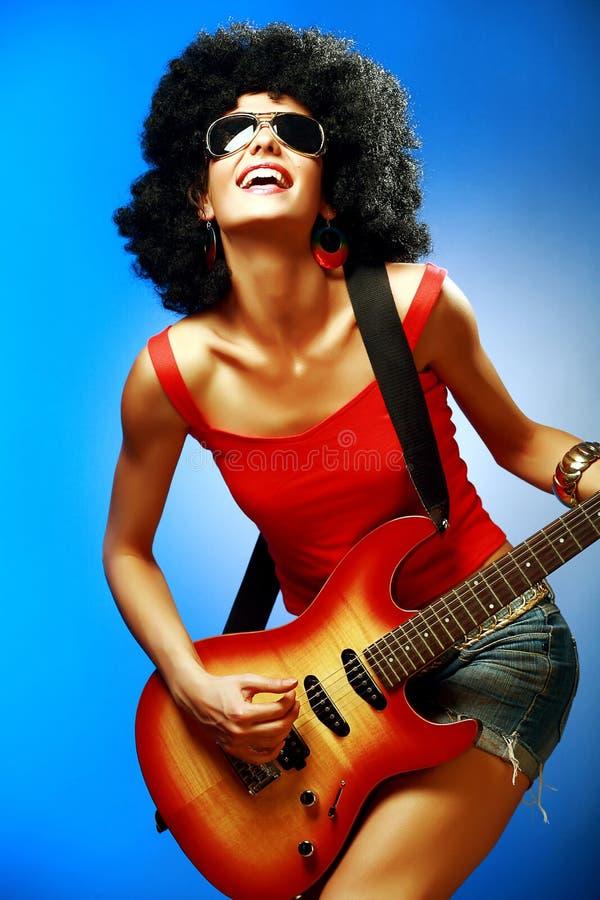 Fille sensuelle jouant sur la guitare électrique photo libre de droits