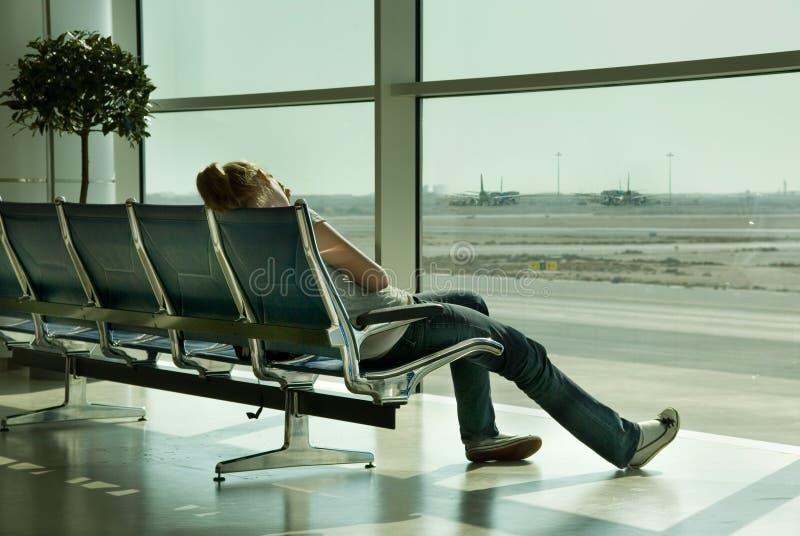 Fille seule attendant dans l'aéroport photos libres de droits