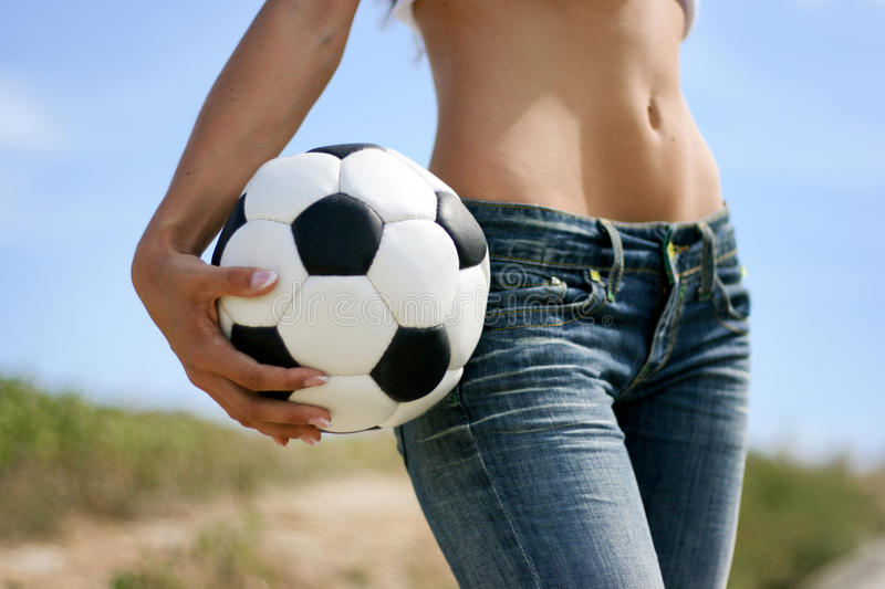 Fille sexy avec la bille de football images stock