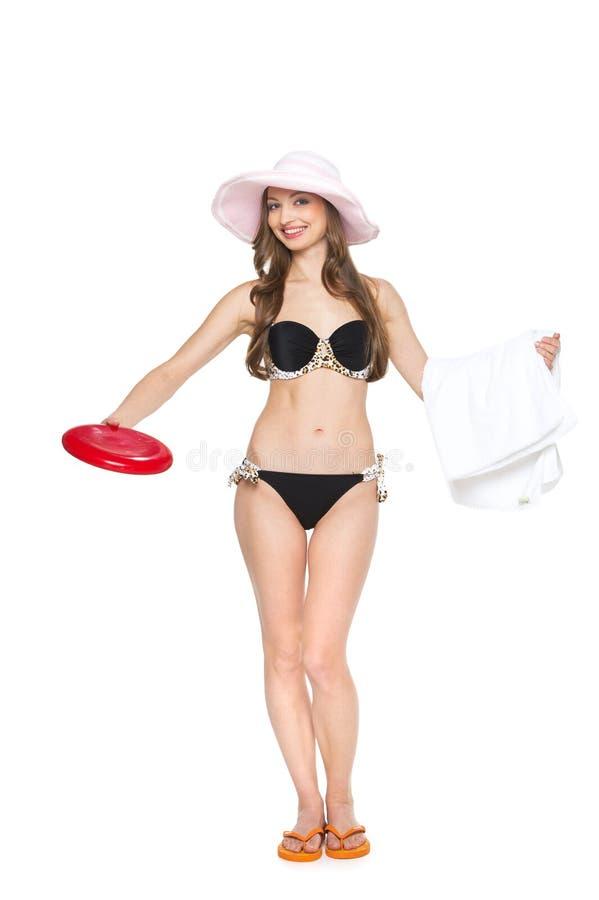 Fille sexy avec la serviette et la soucoupe volante sur le fond blanc photographie stock libre de droits