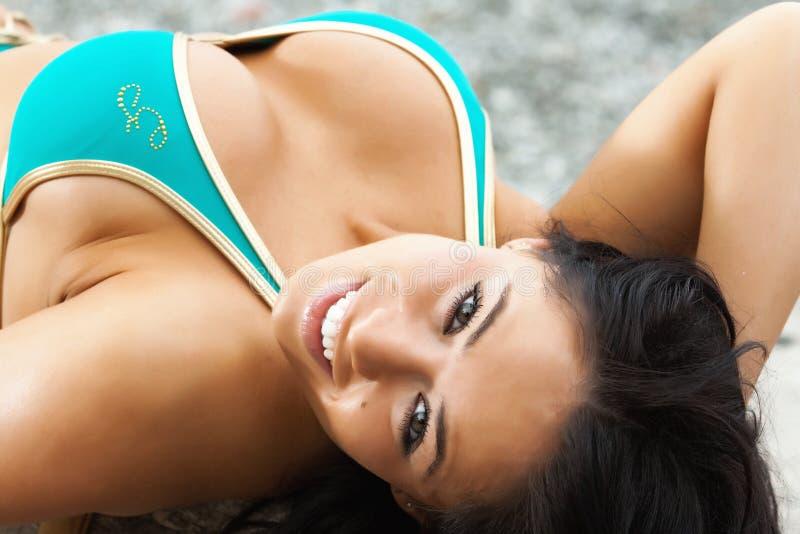 Fille sexy dans le bikini bleu photographie stock libre de droits