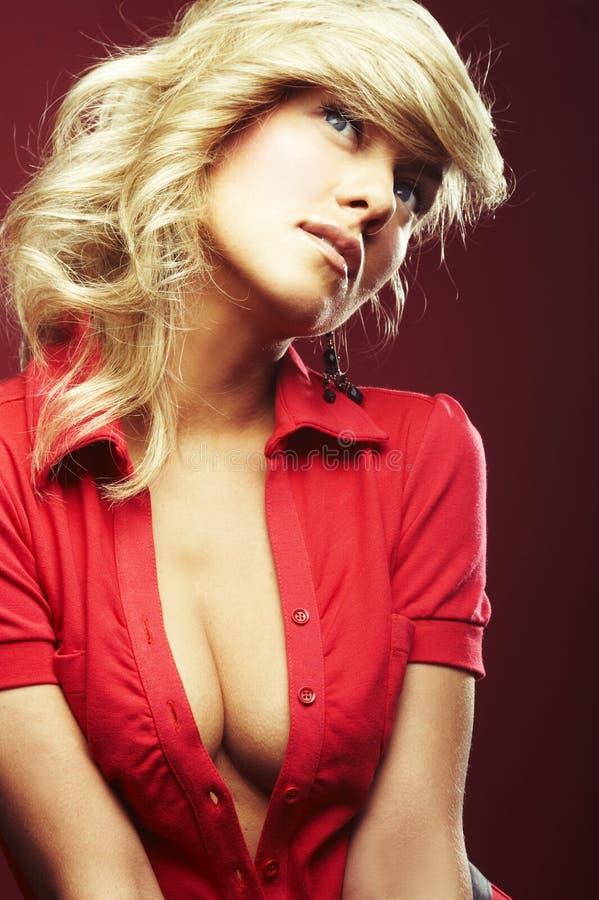 Fille sexy dans le chemisier rouge image libre de droits