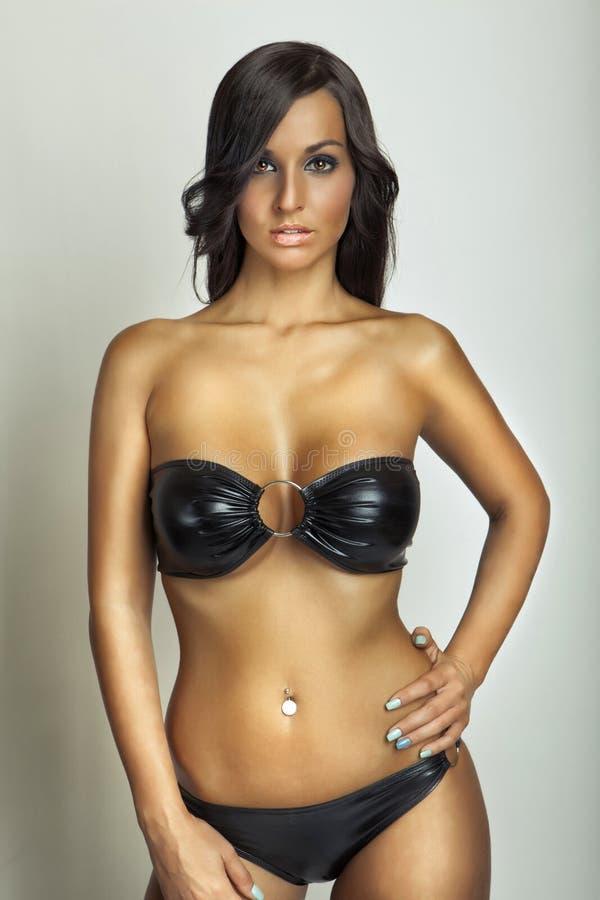 Fille sexy dans le maillot de bain noir image libre de droits