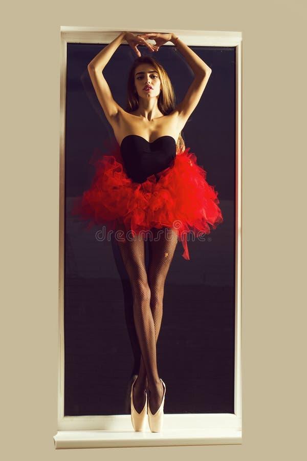 Fille sexy de ballerine à la fenêtre image libre de droits