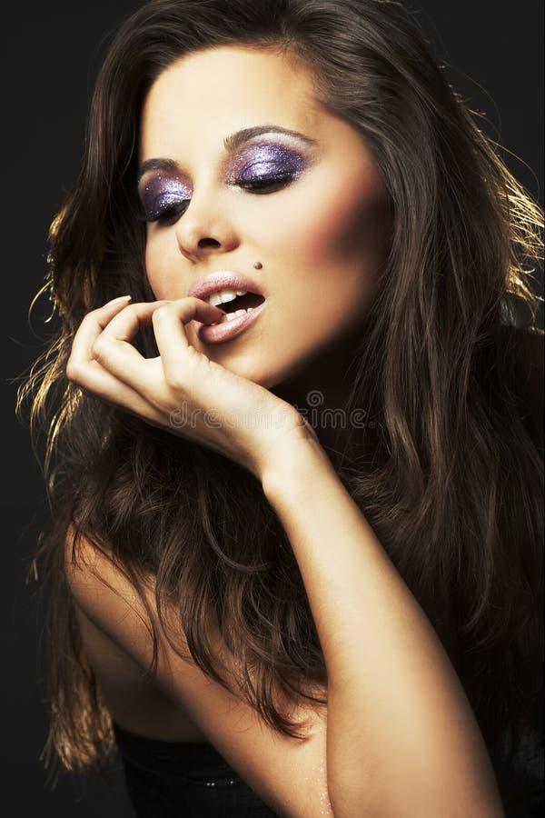 Fille sexy de brunette - verticale photographie stock libre de droits