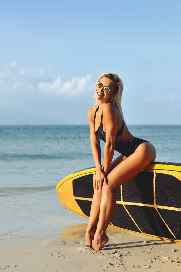 Fille sexy de ressac posant sur une plage dans l'été photo stock