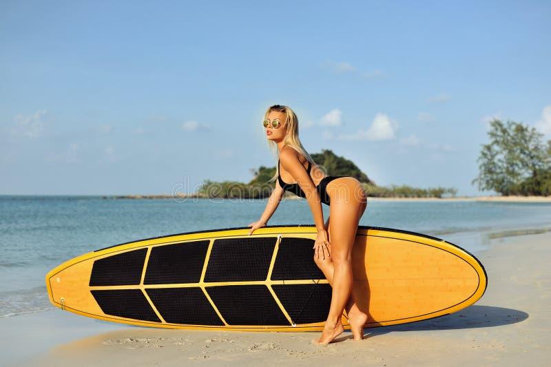 Fille sexy de ressac posant sur une plage dans l'été images libres de droits