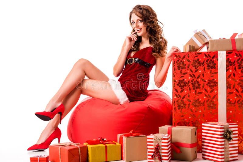 Fille sexy de Santa avec des cadeaux photographie stock libre de droits