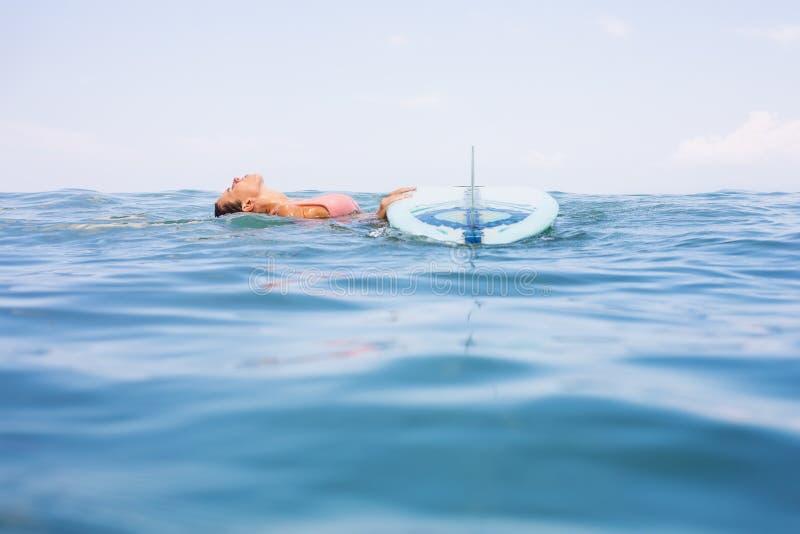Fille sexy de surfer avec le ressac de longboard image libre de droits