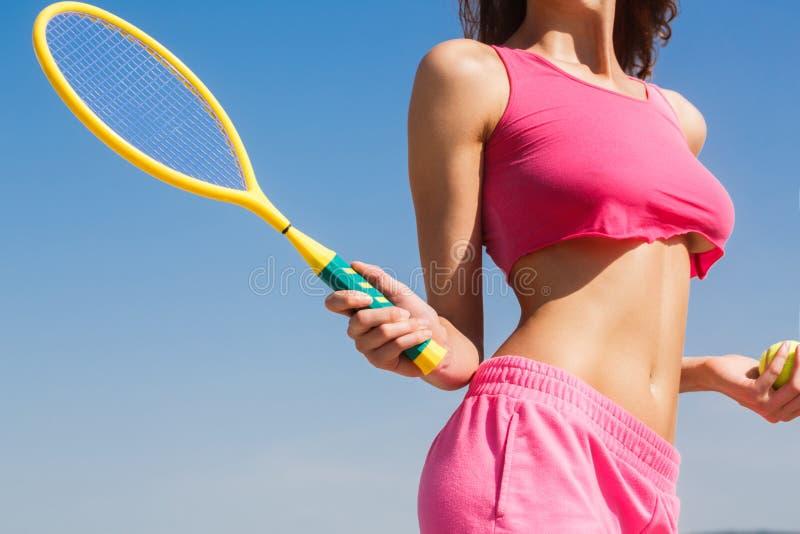 Fille sexy de tennis Joueur de tennis féminin avec la raquette Concept sain de style de vie Raquette de participation de fille De photos libres de droits