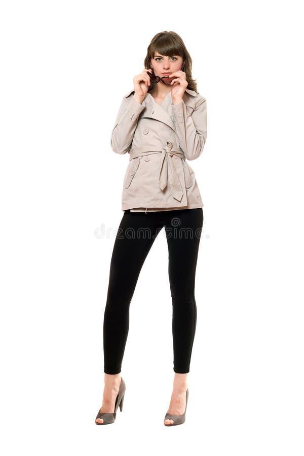 Fille sexy utilisant un manteau et des guêtres noires D'isolement images libres de droits