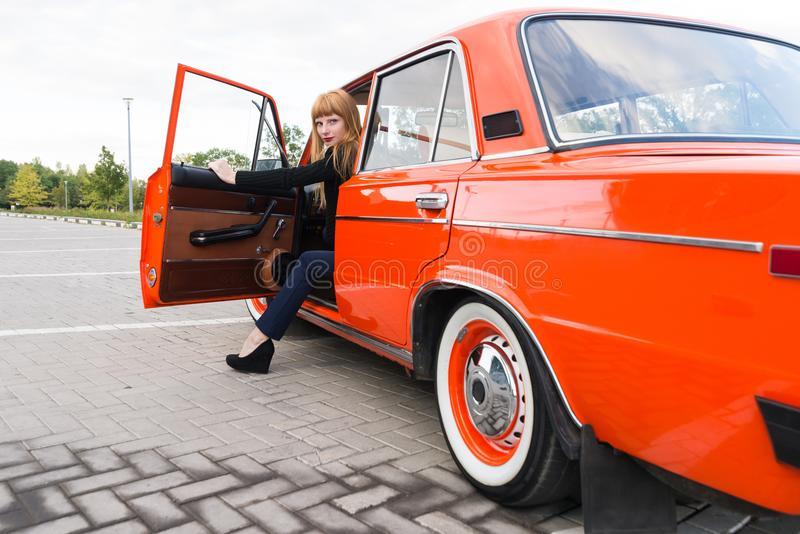fille sortant de la voiture photos libres de droits