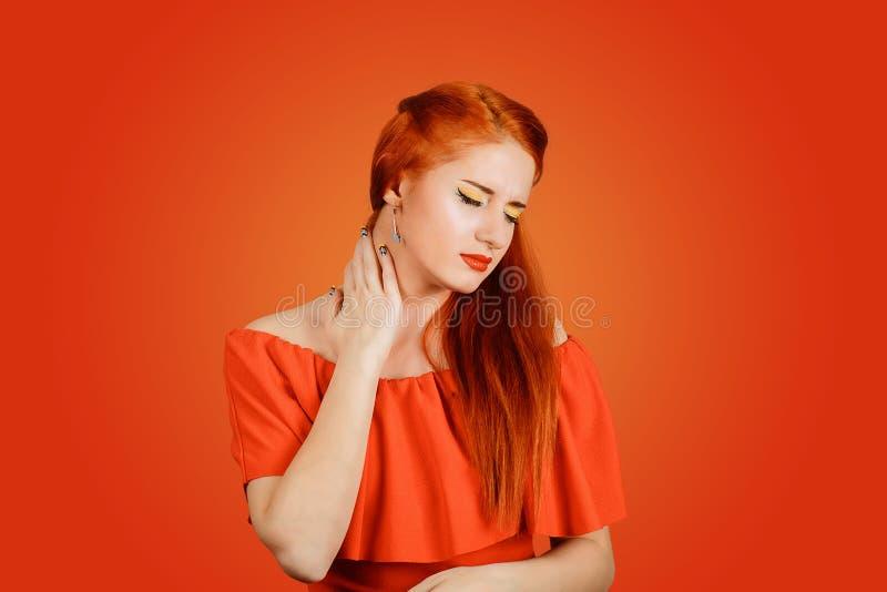 Fille souffrant de douleurs du cou images stock