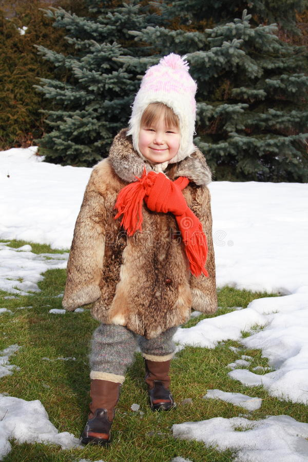 Fille souriant en hiver images libres de droits