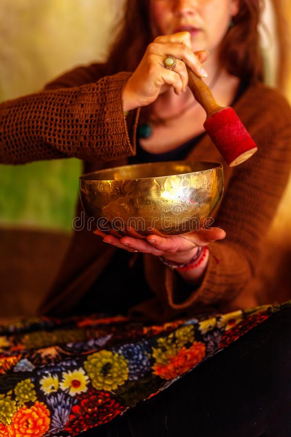 Fille spirituelle immergée dans les bruits méditatifs de la cuvette tibetian images libres de droits