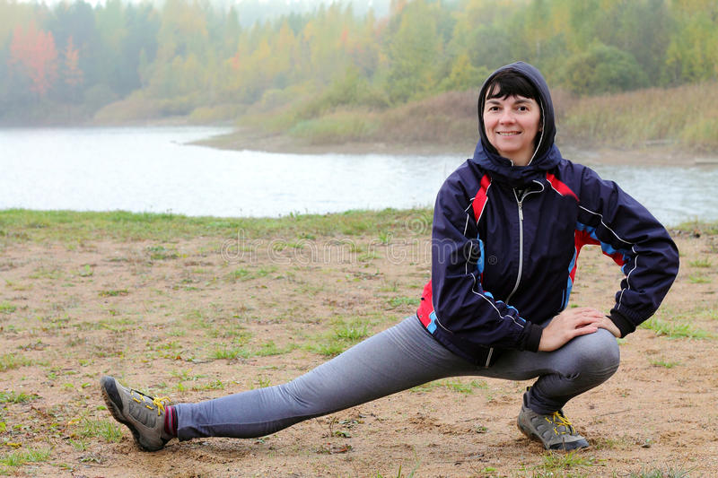 Download Fille sportive image stock. Image du plage, force, exercice - 45350779