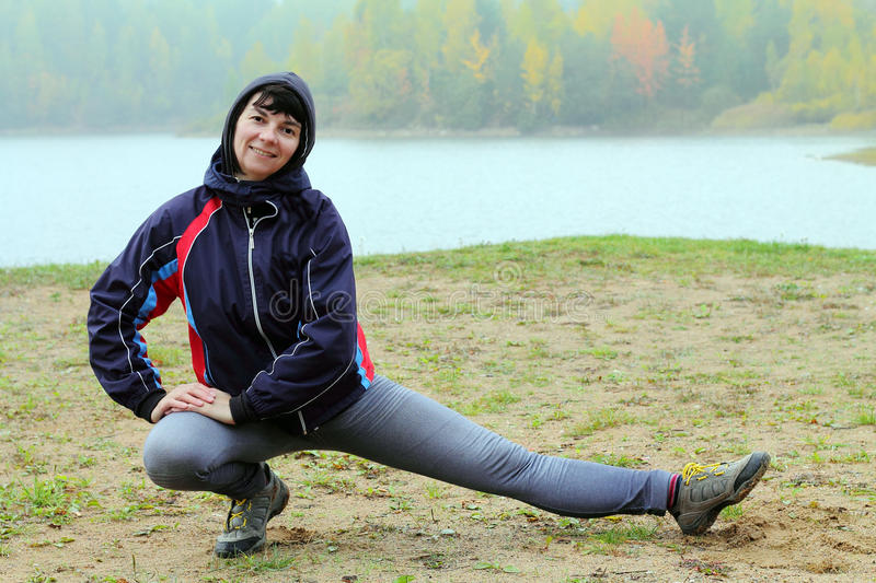 Download Fille sportive image stock. Image du froid, matin, fitness - 45350893