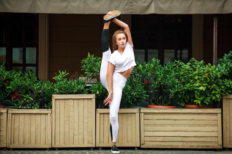 Fille sportive de gymnaste faisant étirant des exercices à la maison de façade photos stock