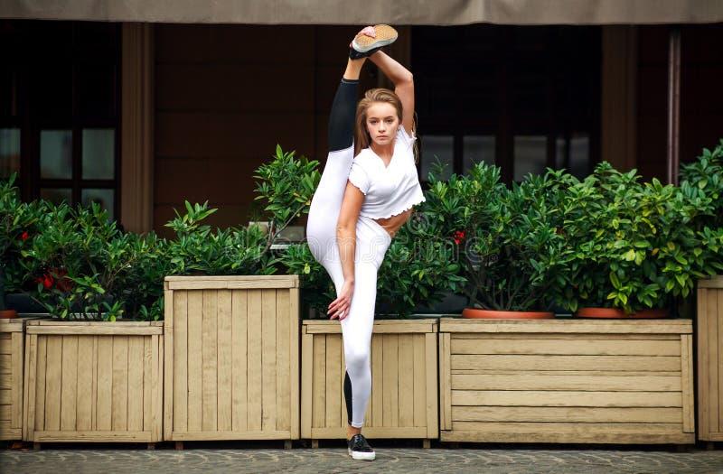 Fille sportive de gymnaste faisant étirant des exercices à la maison de façade images libres de droits