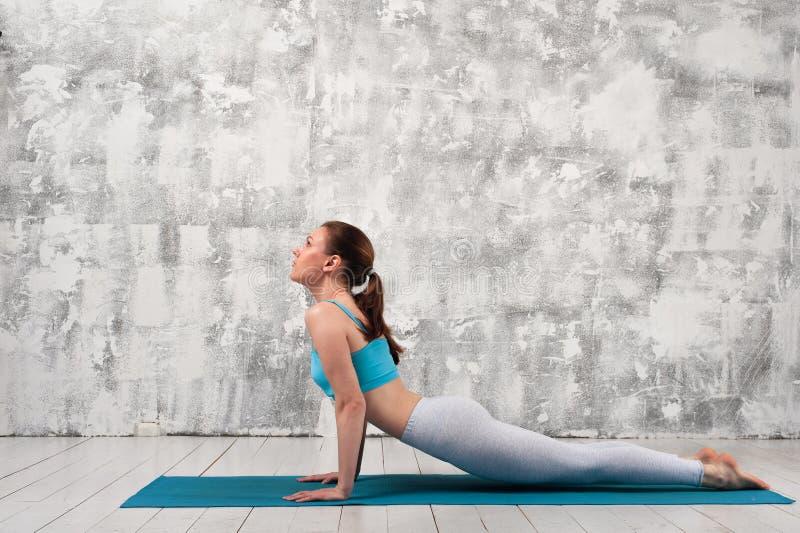 Fille sportive faisant la pose de cobra de yoga photos libres de droits