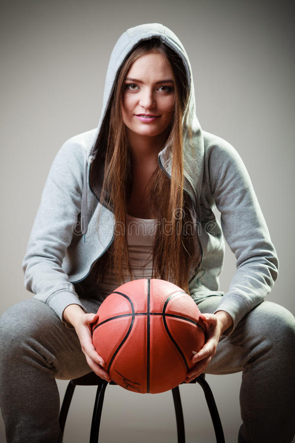 Fille sportive tenant le basket-ball photographie stock libre de droits