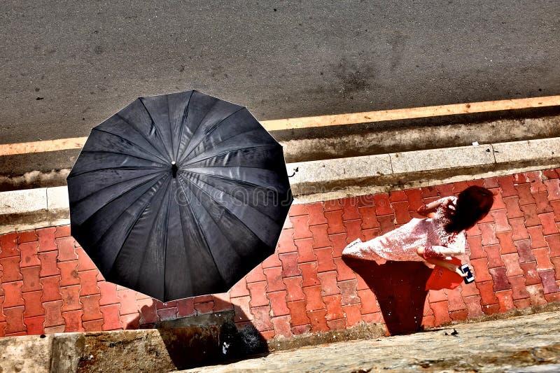 Fille suivie du parapluie images libres de droits