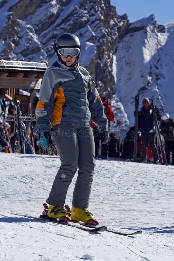 Fille sur des skis images stock