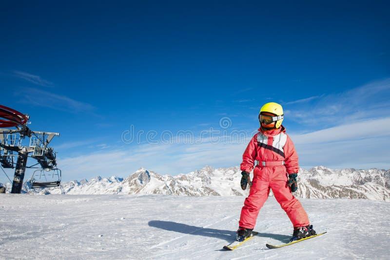 Fille sur des skis dans la neige molle photos stock