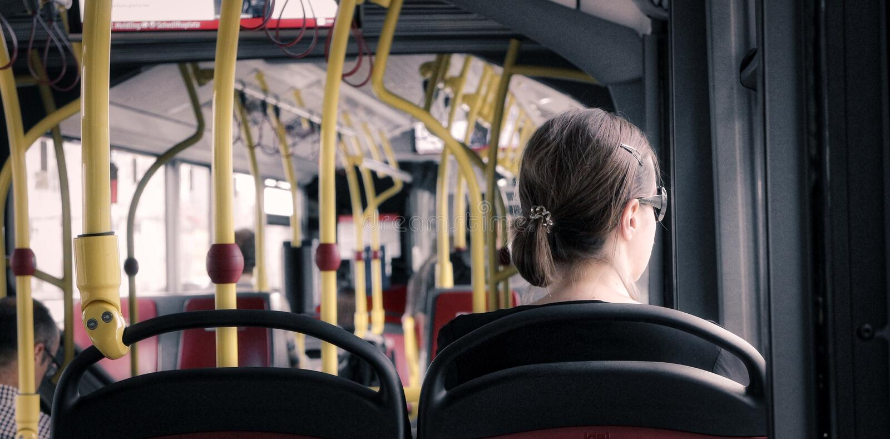 Fille sur l'autobus photographie stock libre de droits