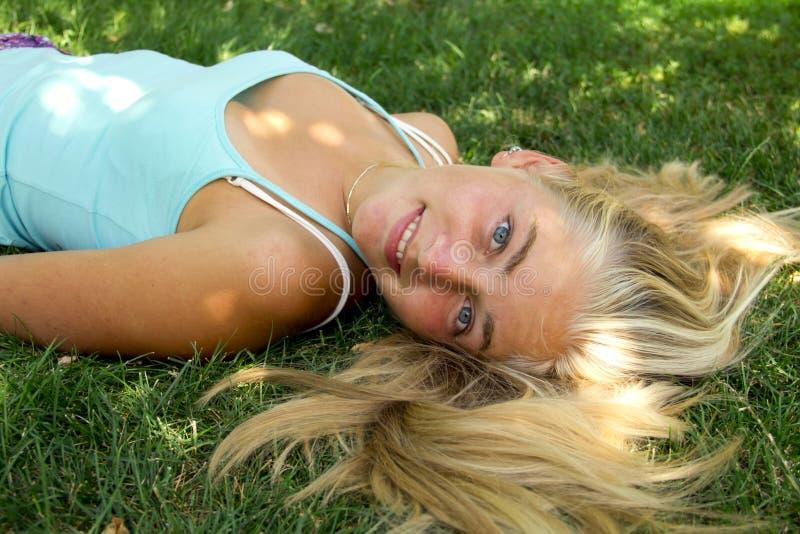 Fille sur l'herbe images libres de droits