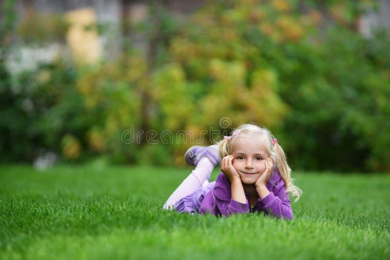 Fille sur l'herbe photos stock