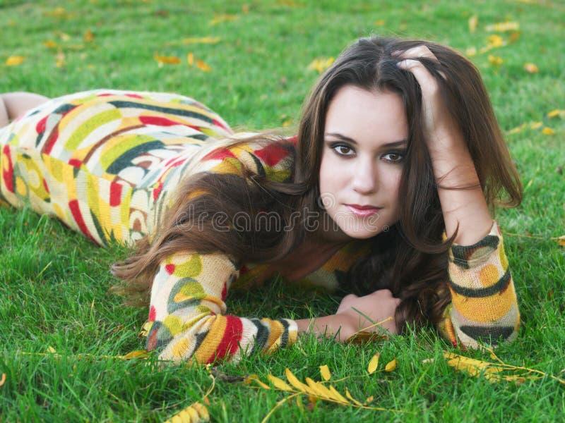 Fille sur l'herbe images stock