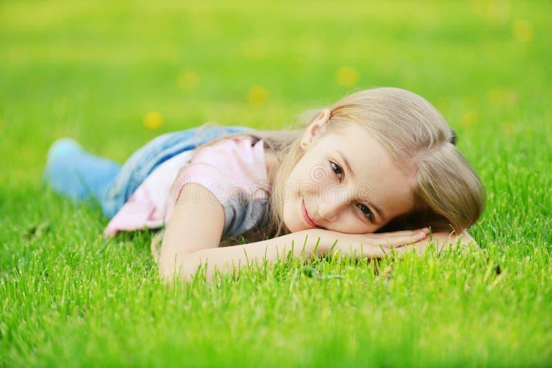 Fille sur l'herbe image libre de droits