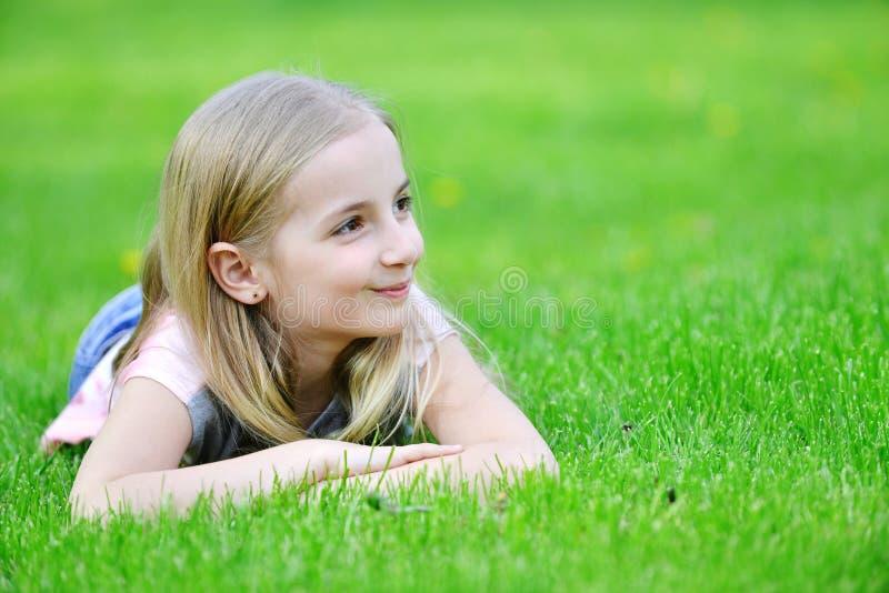 Fille sur l'herbe photo libre de droits