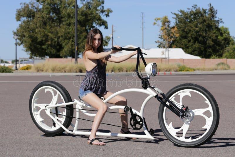 Fille sur la bicyclette de Lowrider photo stock