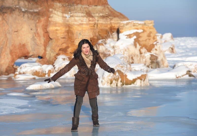 Fille sur la glace, extérieure image libre de droits