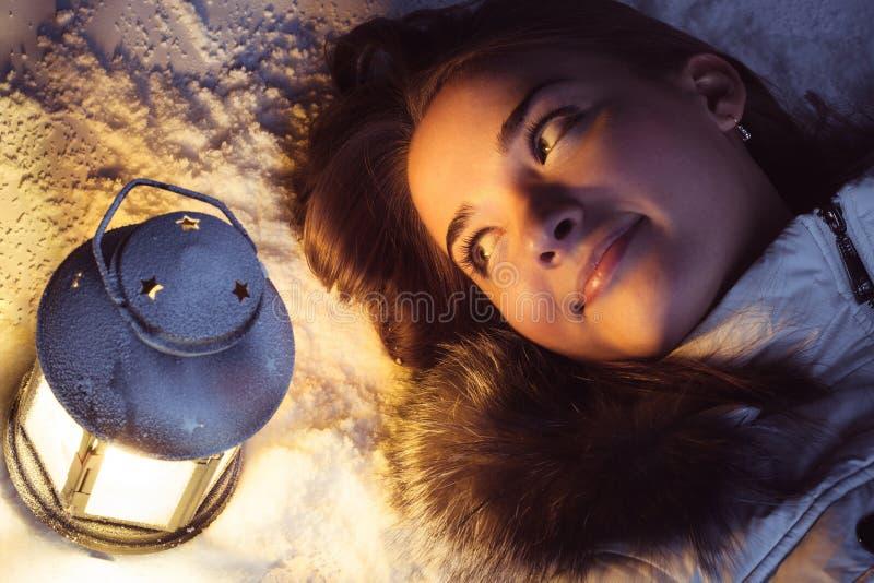 fille sur la neige d'hiver avec la lanterne photos libres de droits