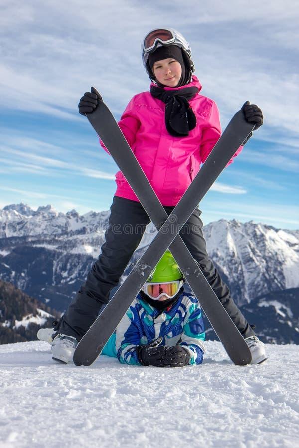 Fille sur la neige sous le ski photos stock