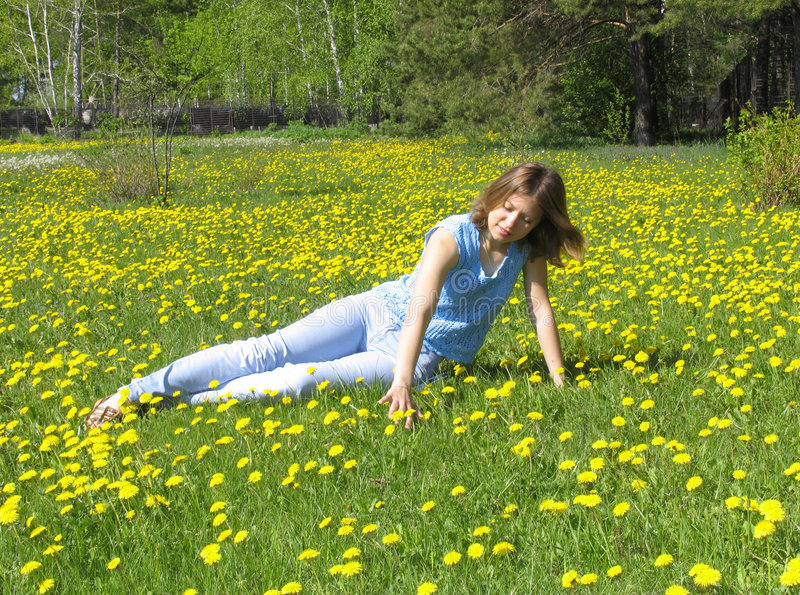 Fille sur la pelouse de pissenlit photo libre de droits