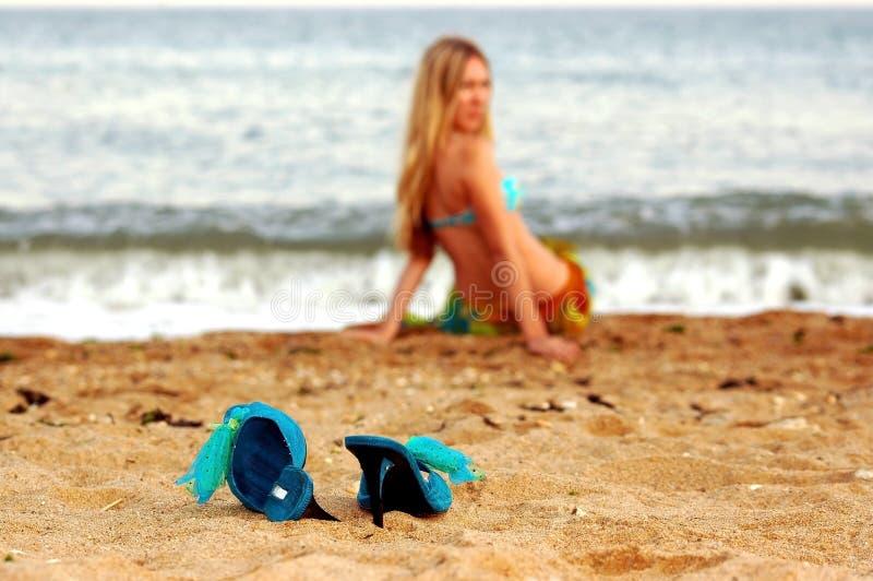 Fille sur la plage de mer image stock