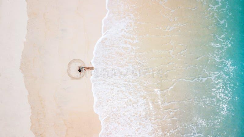 Fille sur la plage du bourdon photo stock