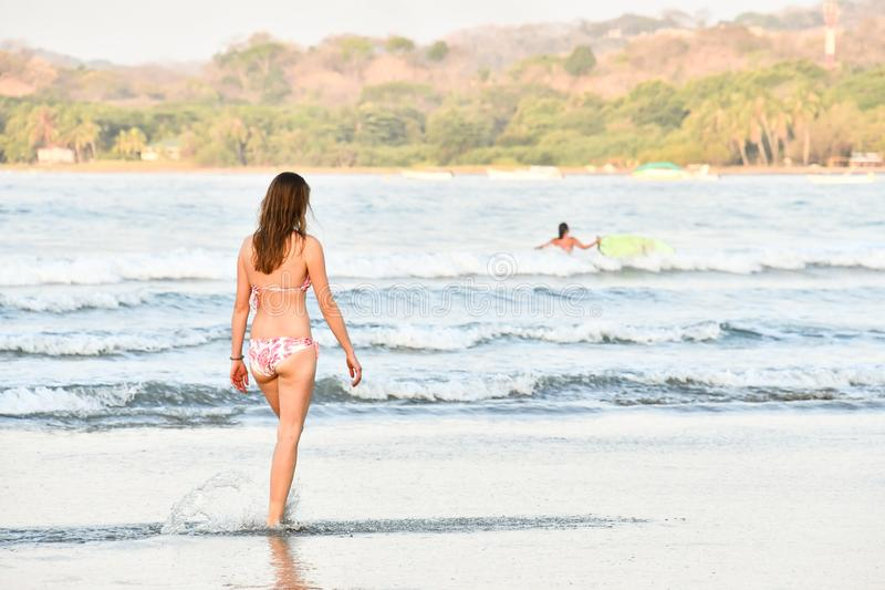 fille sur la plage, photo comme fond, Samara rentré, Nicoya, Costa Rica Amérique Centrale photo libre de droits