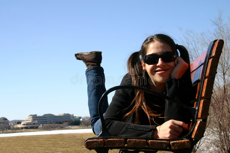Fille sur le banc photos stock