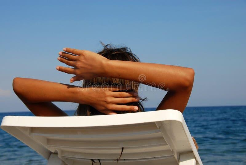 Fille sur le bord de la mer photographie stock libre de droits