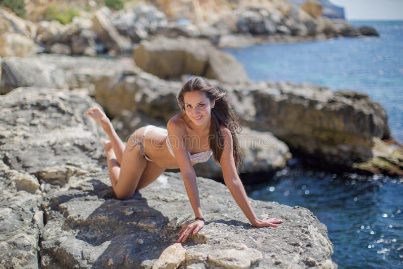 Fille sur le bord de la mer rocheux images libres de droits