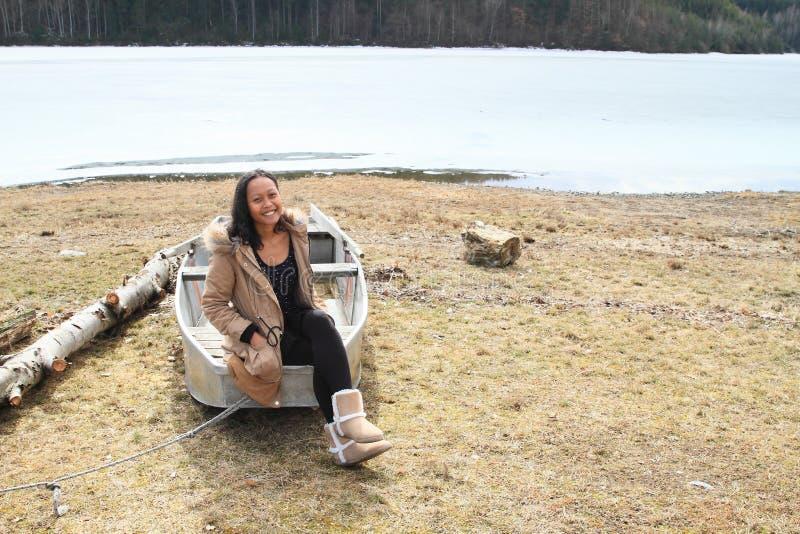 Fille sur le coup de volée par le lac congelé photos stock