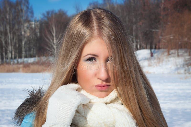Fille sur le fond du temps froid de forêt dehors photo libre de droits