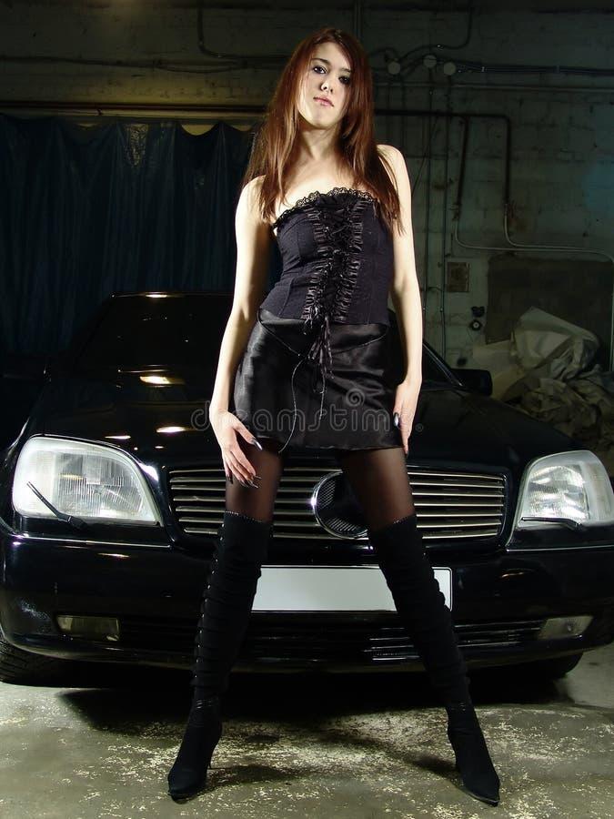 Fille sur le fond du véhicule noir images stock