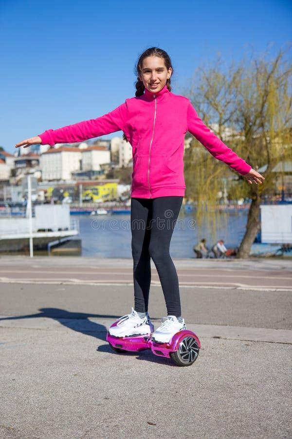 Fille sur le hoverboard photos libres de droits
